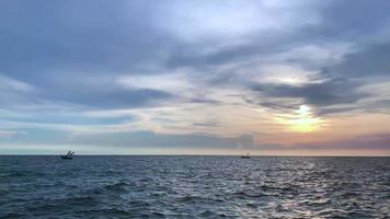drijvende boot in de zee