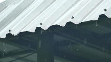 salpicaduras de lluvia cayendo del techo