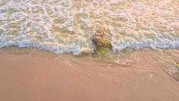 il mare ondeggia sulla sabbia