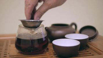 ceremonia del té, hojas de té puer, tetera de terracota video
