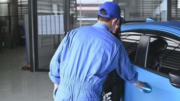 técnico automotivo entrega carro ao cliente