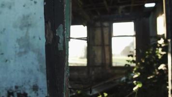 Puerta de la casa abandonada rodada con haz de luz