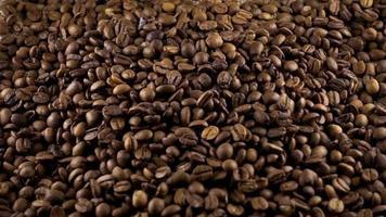 grãos de café torrados e formato de coração no centro video