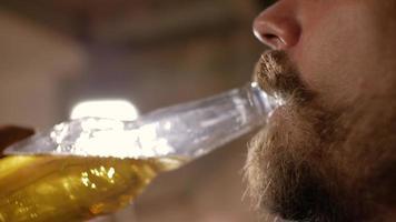 Primer plano de un hombre bebiendo cerveza video