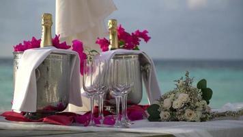 champanhe com taças e buquê de flores