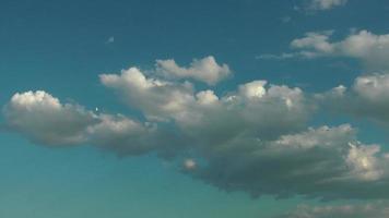 cúmulos esponjosos nubes blancas en el cielo azul