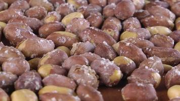 comida de amendoim salgado torrado girando sobre uma mesa