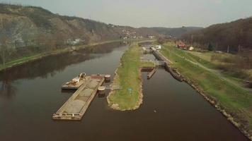 drone voando sobre canal de água em 4k video