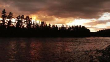 gran río y nubes