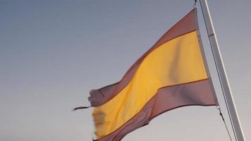 drapeau espagnol dans le vent à la mer