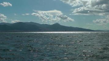 nuvens azuis da primavera e vista do mar com montanhas