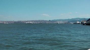 tráfego marítimo em um dia ensolarado video