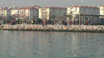 pessoas caminhando perto da beira-mar
