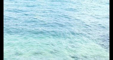 lindo mar azul com luz natural da manhã de verão