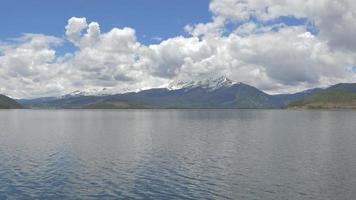 les montagnes rocheuses sous un ciel nuageux 4k