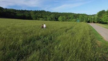 casal caminhando pelo gramado