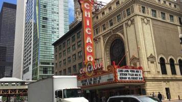 carros em frente ao histórico teatro 4k de chicago video