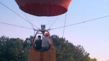 canasta de globos aerostáticos y lanzamiento de globos