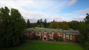 imagens aéreas do Eliot Hall na faculdade de reed