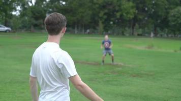 pessoas jogando futebol 4k video