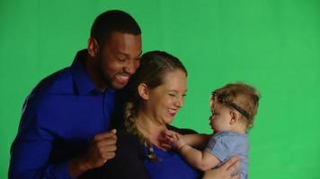 mamãe, papai e bebê posam para o clipe de estúdio de câmera