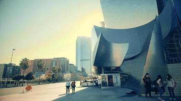 panorâmica lenta descendo e depois à esquerda da sala de concertos da Walt Disney em Los Angeles em 4k.