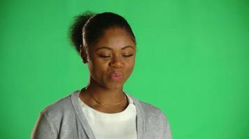 jovem afro-americana pensando sorrindo 1 video