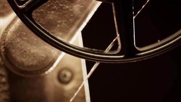 close-up extremo de projetor de filme de 8mm mostrando um detalhe do rolo de filme iniciando a projeção em 4k