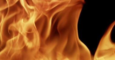 fuego controlado brillando en la oscuridad en cámara lenta de 4k video