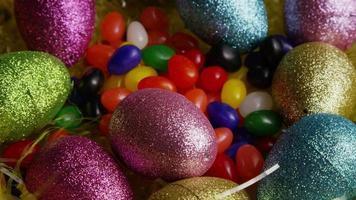 Foto giratoria de decoraciones de pascua y dulces en la colorida hierba de pascua - pascua 018