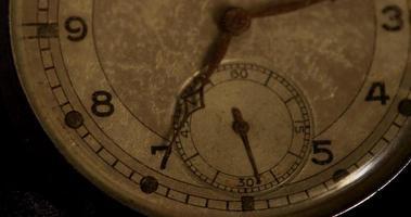 close-up extremo dos ponteiros do relógio movendo-se das 7h às 7h45 em um lapso de tempo de 4k video