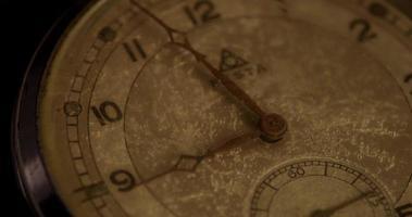 close-up extremo dos ponteiros do relógio movendo-se das 8h55 às 9h15 em um lapso de tempo de 4k video
