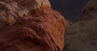 Toma panorámica vertical que muestra hermosas rocas rojas en un paisaje desértico en 4k video