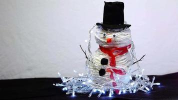 boneco de neve feito à mão com luzes cintilantes video