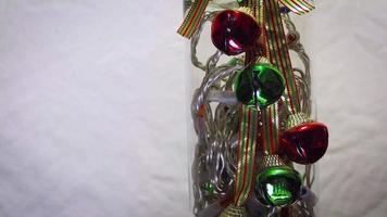 close up da decoração do sino jingle com luzes em frasco de vidro