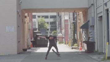 bärtiger Mann, der Skateboard in der Gasse übt
