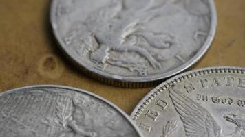girato stock footage rotante di monete americane antiche - denaro 0079