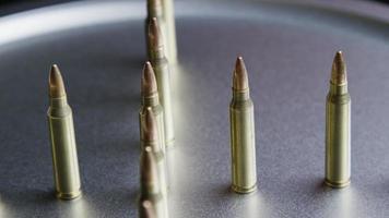 Tiro cinematográfico giratorio de balas sobre una superficie metálica - balas 067