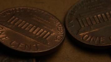 rotierende Stock Footage Aufnahme von amerikanischen Pennys (Münze - $ 0,01) - Geld 0178