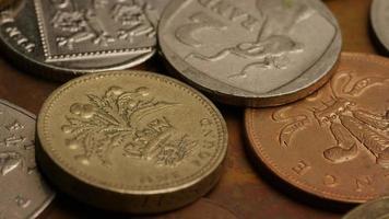 rotierende Stock Footage Aufnahme von internationalen Geldmünzen - Geld 0364