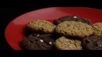 colpo cinematografico e rotante di biscotti su un piatto - biscotti 096