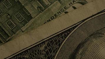 rotierende Stock Footage-Aufnahme der amerikanischen Papierwährung auf einem amerikanischen Adlerschildhintergrund - Geld 0427