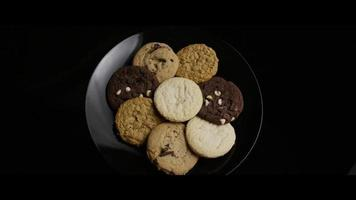 tiro cinematográfico giratório de biscoitos em um prato - biscoitos 107 video