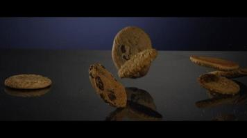 galletas que caen desde arriba sobre una superficie reflectante - cookies 250