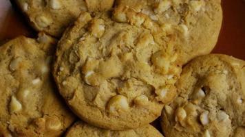 filme cinematográfico giratório de biscoitos em um prato - biscoitos 323 video