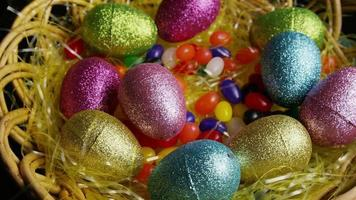Foto giratoria de decoraciones de pascua y dulces en la colorida hierba de pascua - pascua 020