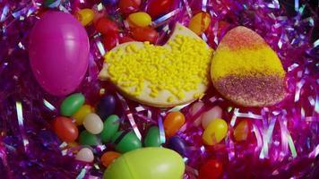 colpo cinematografico e rotante dei biscotti di Pasqua su un piatto - biscotti di Pasqua 019