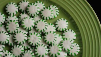 rotierender Schuss von Minze-Bonbons - Bonbon-Minze 040