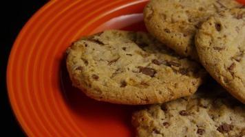 tiro cinematográfico giratório de biscoitos em um prato - biscoitos 339 video