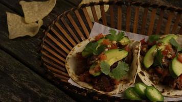 Foto giratoria de deliciosos tacos sobre una superficie de madera - barbacoa 137
